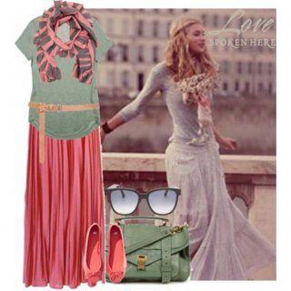 Юбка-макси кораллового цвета со светло-оливковым топом на тонком поясе песочного цвета в сочетании с розово-серым шарфом, светло-оливковой сумкой через плечо и розового цвета балетками