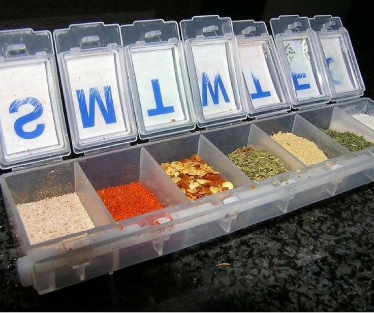 Un porta pillole si trasforma in un simpatico e coloratissimo contenitore per le spezie! :) Un'idea geniale.  #domoenjoycooking #enjoycooking #madeinitaly #domospa #creativitá