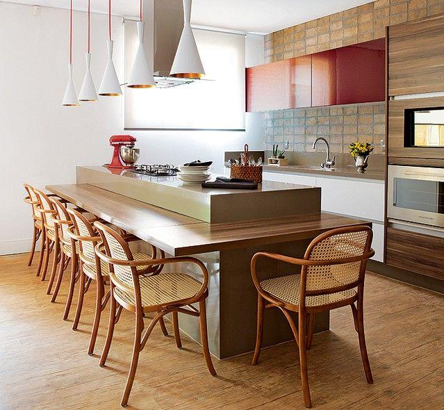 A mesa de nogueira natural e o balcão, encaixados em uma só peça, são o centro da cozinha gourmet. Antes da reforma, o local era quarto e banheiro de serviço. Desenho da Segatto, com acompanhamento da designer de interiores Patrícia Hildebrando