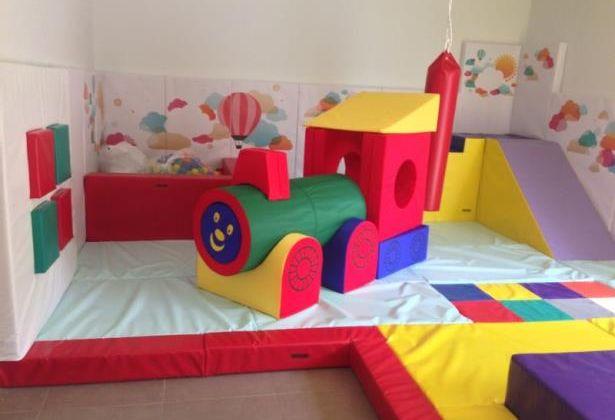 En la sala de estimulación sensorial, hay una piscina de bolas, una cama elástica, juegos interactivos con luces y sonidos y hasta un tren!.