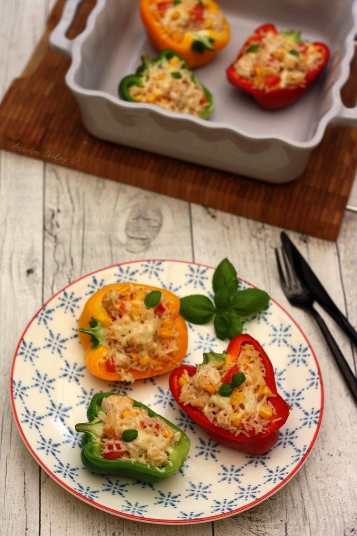 Poivrons farcis au riz, poulet, tomates et maïs. Un plat complet estival et peu calorique.