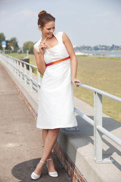 kurzes brautkleid mit besticktem oberteil und kleinem stehkragen (http://www.noni-mode.de) short cut wedding dress with square neckline and small collar, orange ribbon.