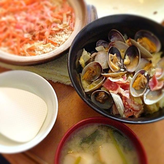 今日は頑張って色々作りました。 いつもの生姜の炊き込み御飯と、お麩とほうれん草の味噌汁も。 あさり久々に食べたけどうま〜い♡ - 12件のもぐもぐ - あさりとキャベツとベーコンの蒸し煮 by palico