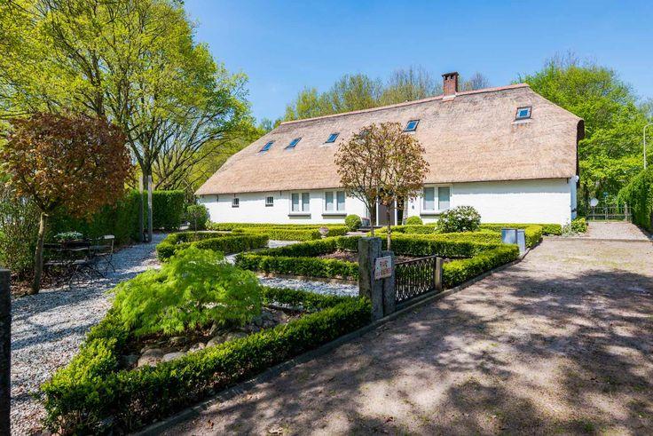 """Een foto van ons huis """"Scholtehof"""" sedert 1906. Voortuin omgetoverd van mosveld naar """"Klein Frankrijk"""" met eigen jeu de boules baan. Over paar weken bloeien de Annabellen ook weer!"""