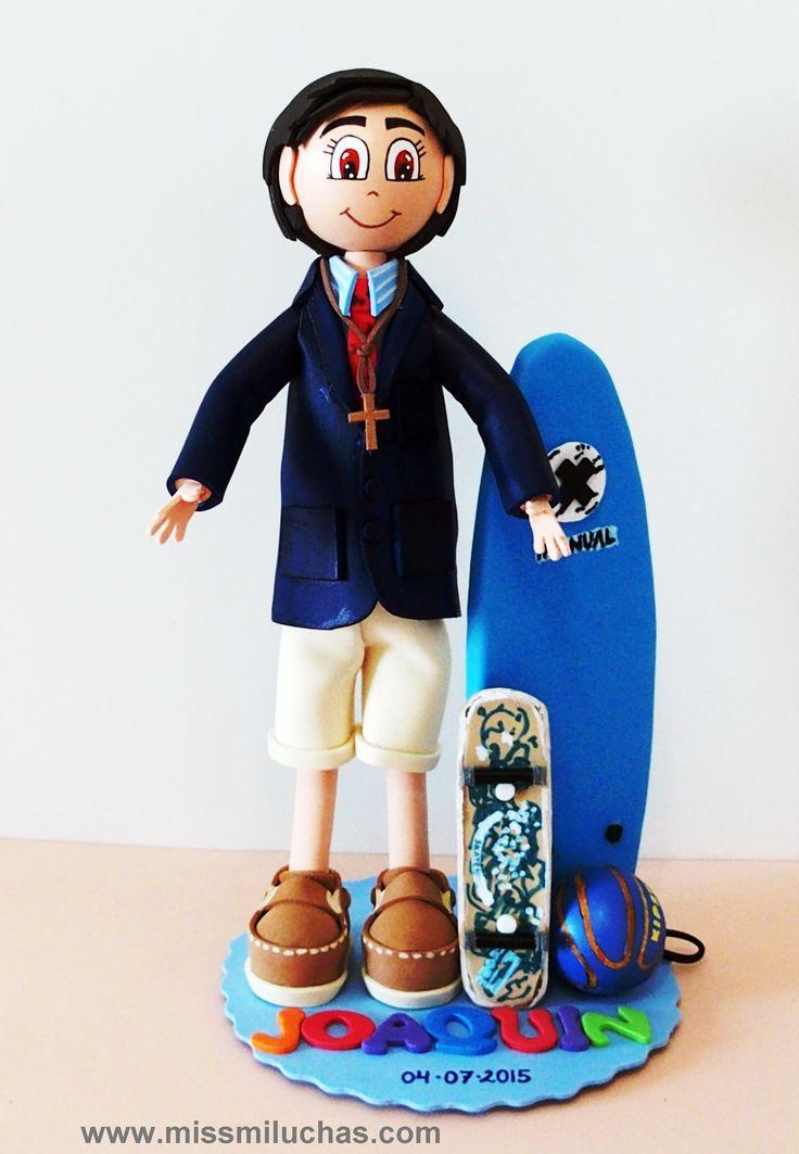 Joaquín con su traje de Primera Comunión, y lo que más le gusta, el skate, el surf y el baloncesto.