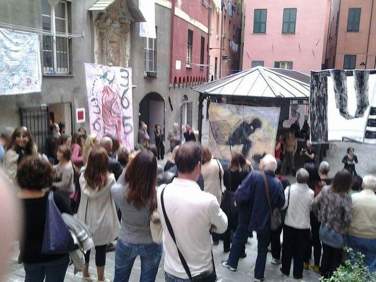Genova piazza dei trogoli di santa Brigida.  365 suicidi atto primo.  26 ottobre 2013. Installazione artistica dedicata alle vittime della crisi economica