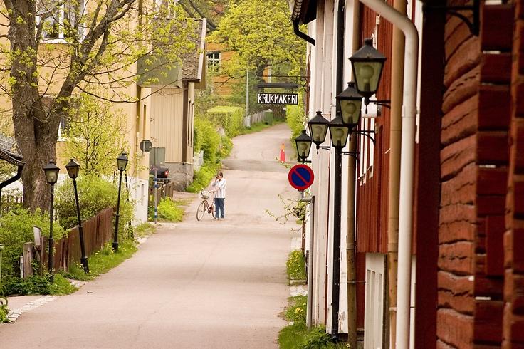 Säter ligger vid järnvägslinjen Dalabanan och här går tåg till bland annat Mora, Falun, Arlanda och Stockholm.