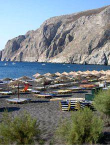 Το Καμάρι είναι ένα κοσμοπολίτικο θέρετρο παραλία που έχει βραβευτεί με τη Γαλάζια Σημαία. Η μεγάλη έκταση της παραλίας βρίσκεται κάτω από τον επιβλητικό βουνό του Μέσα Βουνού και τον οικισμό της Αρχαίας Θήρας. Το νερό είναι βαθύ και μπλε, η άμμος είναι μαύρη και υπάρχει ναυαγοσώστης.