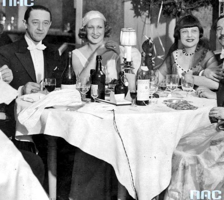Bal mody w Hotelu Europejskim w Warszawie (11 stycznia 1930 r.). Grupa uczestników balu przy stoliku. Widoczni od lewej: aktor Konrad Tom, tancerka Zizi Halama oraz aktorka Zula Pogorzelska.    http://audiovis.nac.gov.pl/obraz/127224/0b60a71a48ff64be6317613aad8be683/