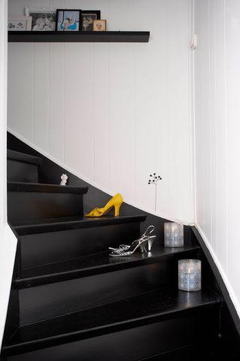 光を連想させる鮮やかなイエローのパンプス。  斬新なアイデアが、モノクロームの階段をアクティブに変身させます!