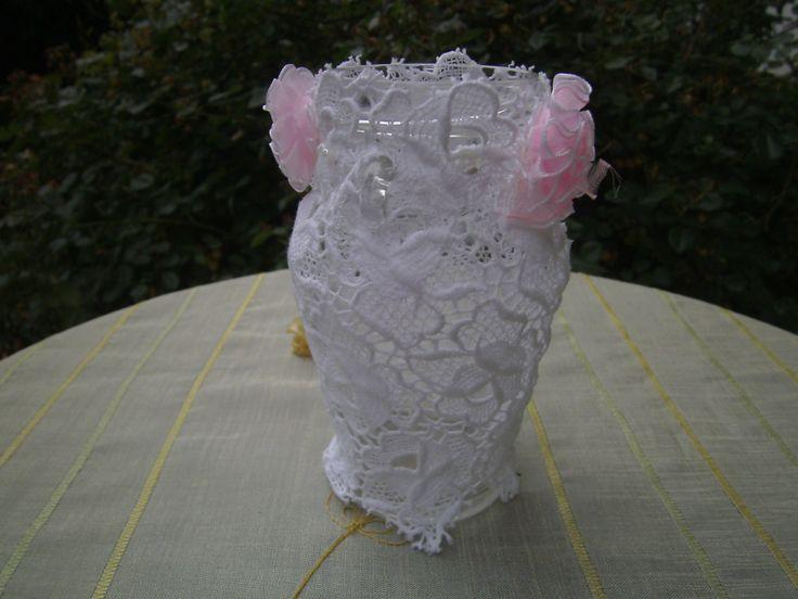Decoglas mit weißer Spitze - Glas mit Röschen - homedecor - Spitzenvase - Decoglas mit Perlen - Boho Glas von himmeldurchnadeloehr auf Etsy