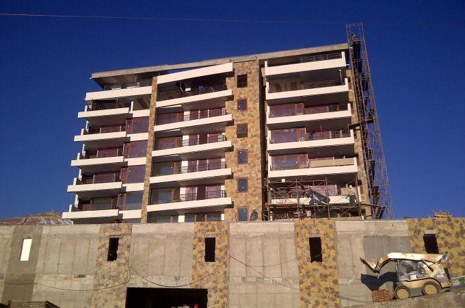 Departamento en venta, Proyecto Valle Colorado. 70,72 metros cuadrados, bodega y estacionamiento. 3 dormitorios, 2 baños. Tiene un año, se usó la temporada pasada, muy buenas condiciones. Ascensor, amplias terrazas, calefacción central, ventanas termopanel de PVC, lavandería. UF 6.500
