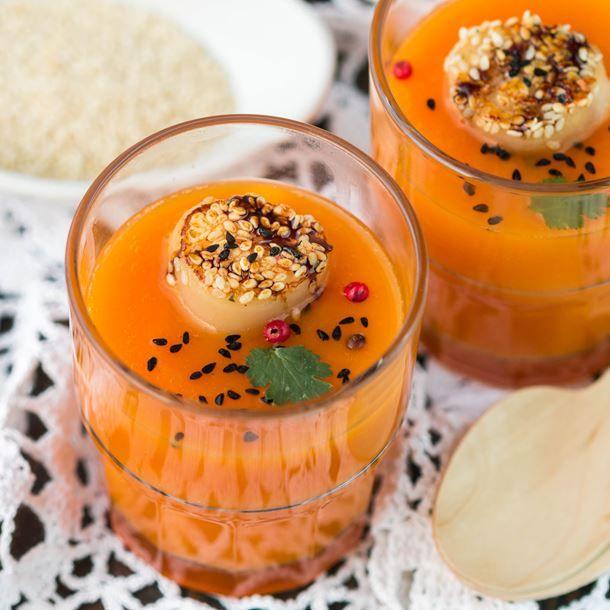 Soupe de carottes au lait de coco et noix de Saint-Jacques au sésame