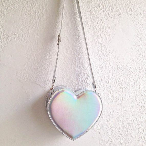 He encontrado este interesante anuncio de Etsy en https://www.etsy.com/es/listing/242343959/holographic-heart-faux-leather-crossbody