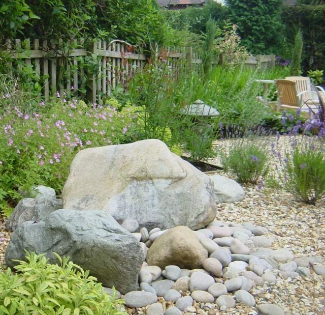 jardin de rocaille avec grandes pierres et petits galets ovales
