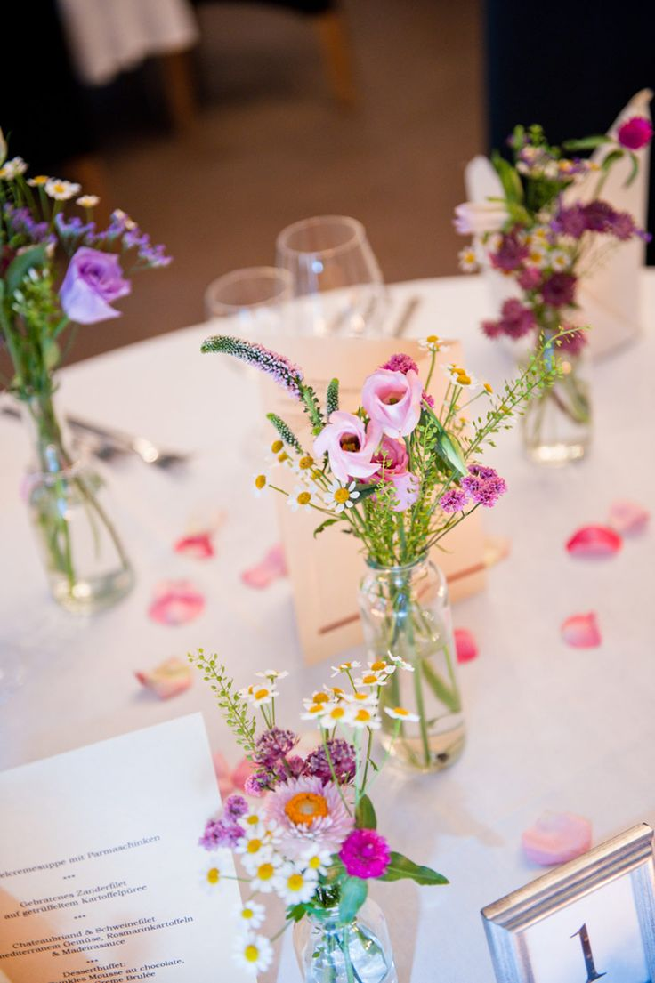 Die besten 25 Blumen tischdeko Ideen auf Pinterest  Hochzeitstafel blumen Tischdekoration