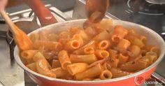 Scopri la ricetta: amatriciana. Ingredienti: Rigatoni, Passata di pomodoro, Guanciale stagionato, Pecorino, Vino bianco, Aceto di vino bianco, Peperoncino fresco, Olio extravergine di oliva, Sale e pepe.