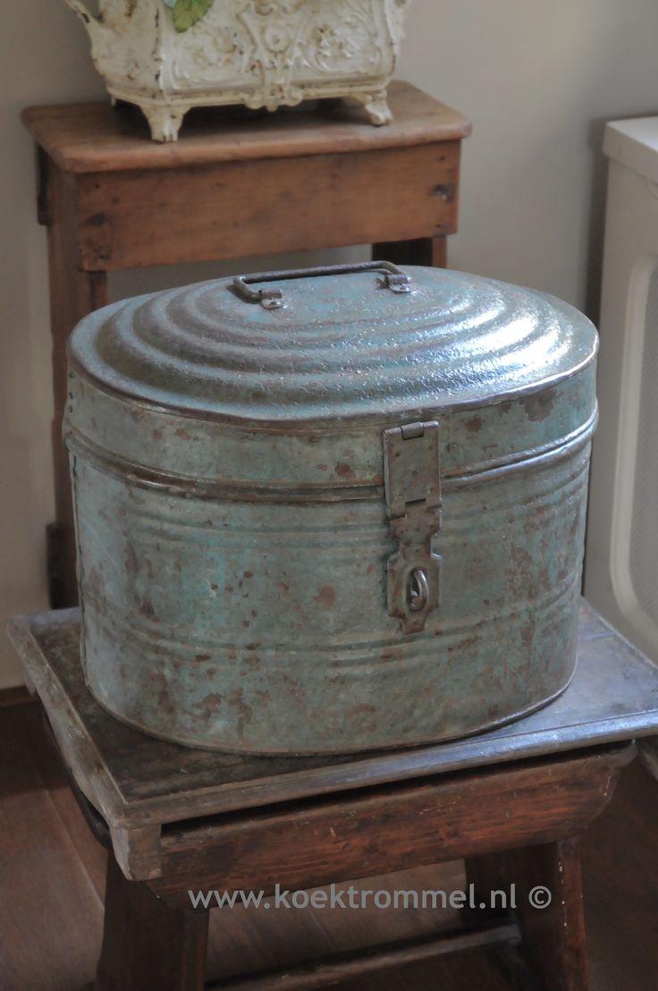 Forse oude hatbox in een fraaie blauwe kleurstelling.