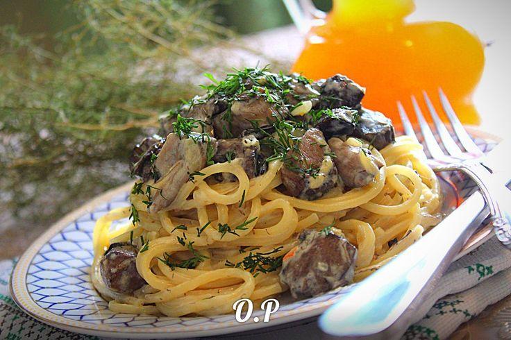 ♨ Спагетти с лесными грибами в сливочном соусе  Автор: Ольга Романова   Для приготовления понадобится:  спагетти - 300 гр  грибы - 300 гр (у меня лесные)  репчатый лук -1-2 шт  сливки 10%- 1 стакан  сыр твёрдый - 50 гр  соль и специи - по вкусу  оливковое масло - для жарки (или сливочное)  зелень - для подачи  Спагетти отварить до готовности и откинуть на дуршлаг  Грибы вымыть,нарезать на небольшие кубики и отварить в подсоленной воде до готовности,минут 20-30,снимая пену  Отварные грибы…