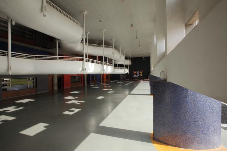 Resultado das subtrações: projeção de luz em formato de peças de quebra-cabeça no saguão.  Escola  Nirma Vidyavihar - Ahmedabad/Índia