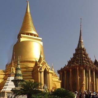 El Gran Palacio! Un lugar inimaginable. Belleza que conmueve hasta llorar de emoción. Mosaicos de oro cubriendo cupulas, detalles de mil colores, brillos, texturas. Perfección! Sin duda un lugar con una riqueza arquitectónica, artística, mítica, mística, mágica. Un lugar que nos deja sin aliento!  www.vivirtrabajarviajar.com #travelphotography #southeastasia #thailandia #bangkok #vivirtrabajarviajar #viajes #travel #traveller
