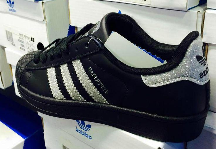 Αποκτήστε τα αθλητικά παπούτσια Adidas SuperStar BlackSilverGlitterστο p-shoes.gr. Με διαχρονική εμφάνιση και καταξιωμένη ποιότητα κατασκευής