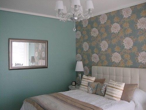 Поклейка обоев двух видов в гостиной, спальне, кухне + фото