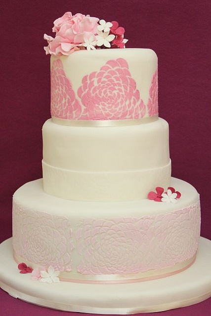 v 3-stöckige Hochzeitstorte modernes Rosenmuster rosa fuchsia by suess-und-salzig, via Flickr