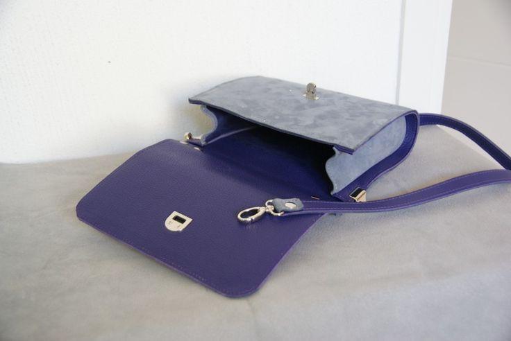 1232.Grijs nubuckleren tasje , gevoerd met paars leer . Richtprijs 110 euro