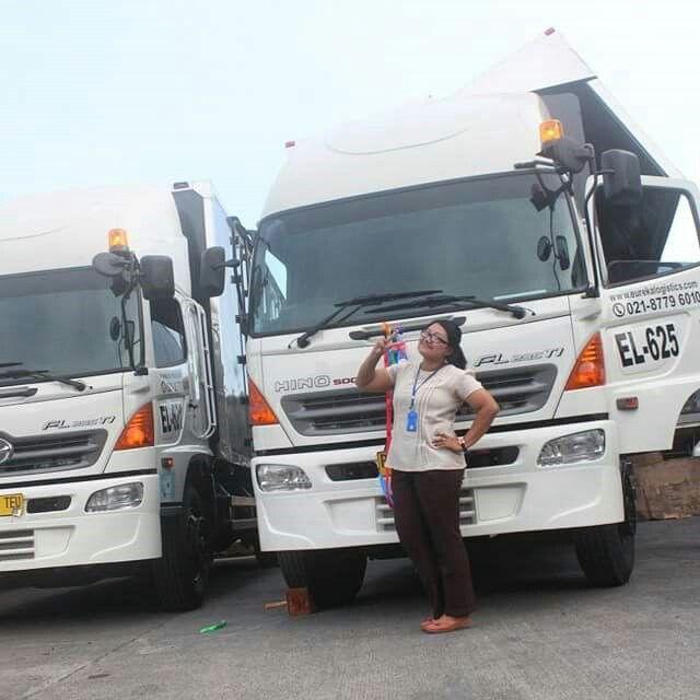 Monitoring team Mrs. Piyuk Wulandari taking picture in front of our new trucks..  #monitoring #activities #truck #trucksofinstagram #truckdaily #vscocam #vscocamphotos #hdr #logisticsspecialist #logisticscompany #logistics #logisticscrew #indonesia #eureka #eurekatrucks #eurekalogistics