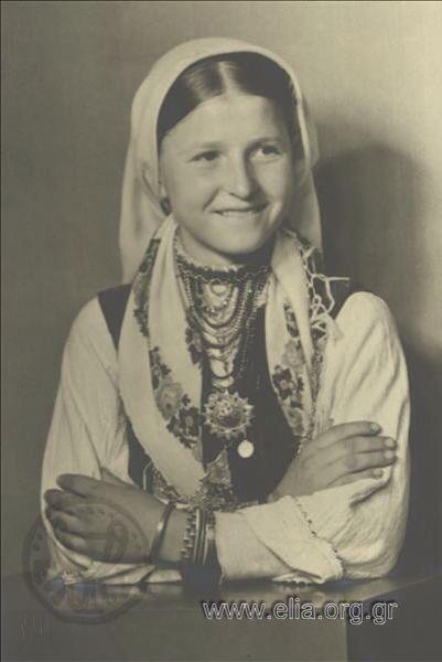 Εορτασμοί της 4ης Αυγούστου: γυναίκα με παραδοσιακή ενδυμασία από τη Φλώρινα ,1937. Nelly's (Σεραϊδάρη Έλλη)