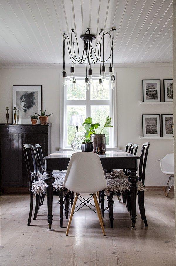 Vacker matsal. Älskar fårskinnsdynorna på stolarna och lampan! To die for!
