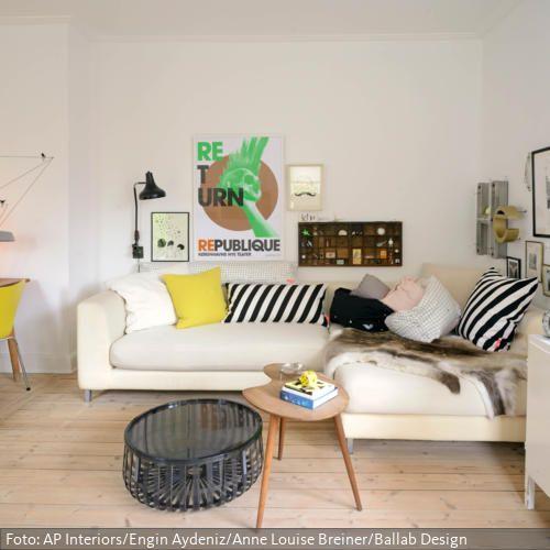 Der Natrliche Holzfussboden Ohne Teppich Farbige Accessoires Wie Stuhl Und Das Kissen In Knalligem