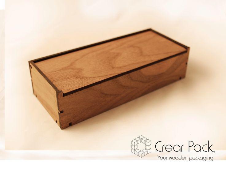 Nuestro sistema de estuche patentado Alpha Box  nos permite ofrecerle diferentes opciones de personalización: - Medidas (estándard o bajo pedido) - Especie de chapa (fresno, nogal o roble) - Interiores (goma eva o espuma de poliuretano) - Grabados (en la tapa, laterales, etc) - Material de la tapa (madera o metacrilato).