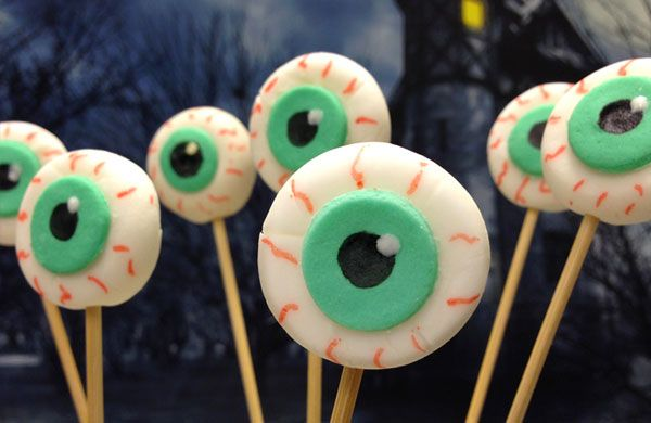 Cake pops di Halloween per decorare la vostra tavola con degli occhi spaventosamente divertenti.