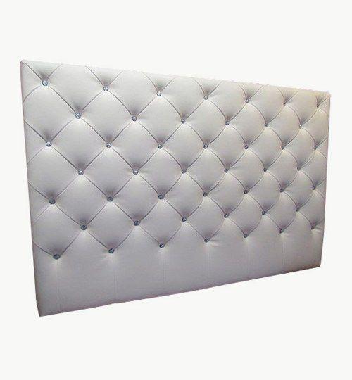 Specialtillverkad sänggavel, bredd 180 cm, höjd 120 cm. Diagonala sömmar mellan knapparna av swarovskikristaller. Beslag för upphängning på vägg ingår i priset. Konstläder: Pisa från Nevotex Färg: äggskal #azdesign #sanggavel #huvudgavel #konstlader #swarovski
