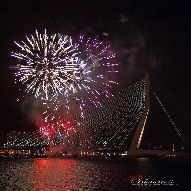 Last series of Rotterdam fireworks #wereldhavendagen #travel #latepost  More images and story of night event Nacht van de Kaap at indahs.com  #citytrip_me #citylife #cityscape #Rotterdam #worldexplorermag #worldtravelpics #tagsforlike #tagsforlikes #citylights #nightlights #fireworks #fire #TLpicks #europe #jalanjalan #nightphotography #netherlands #holland #harbor #erasmusbrug #instawalk010 #nachtvandekaap #erasmusbridge #indahs_photography #taken_by_me