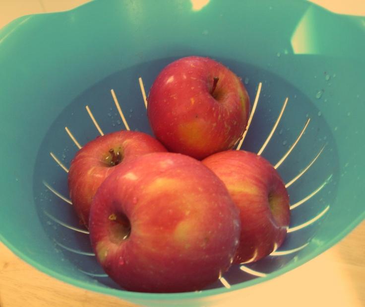 Dzisiaj proponujemy naszą ulubioną przekąskę! Jabłka idealnie zaspokajają głód, a masło orzechowe dodaje dużo energii  Smaczne, proste i zdrowe!