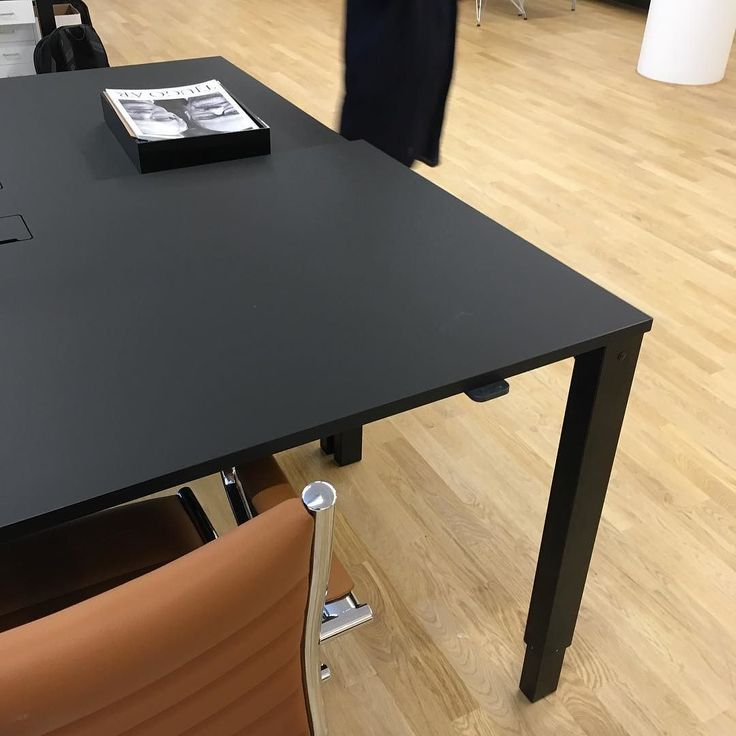 #H4desk #minimalistisk #hojochsankbartskrivbord beställas hos #danishform #danskdesign #kontorsmöbler #holmris inredning av DAP!