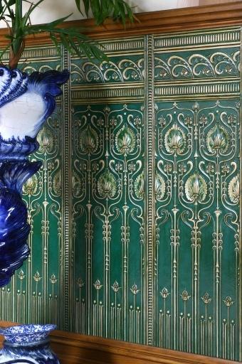 Parpel de pared Lincrusta , de estilo Art Nouveau, con dorados en relieve.  #Esmadeco.