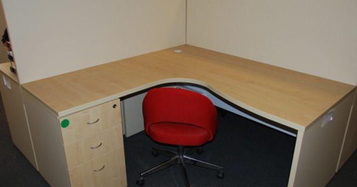 Definición de un cubículo. Un cubículo es una pequeña oficina compacta con un mobiliario mínimo. Los cubículos se utilizan en una oficina donde hay un espacio limitado de oficina. Un cubículo le ofrece a un empleado un espacio de trabajo para completar las tareas laborales.
