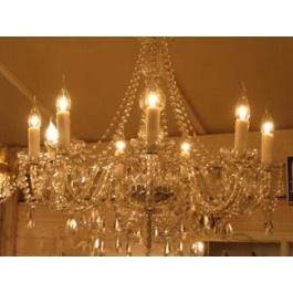 Brocante kroonluchter  Glazen kroonluchter voorzien van kristallen pegels  Kroonluchter bestaat uit 9 armen.