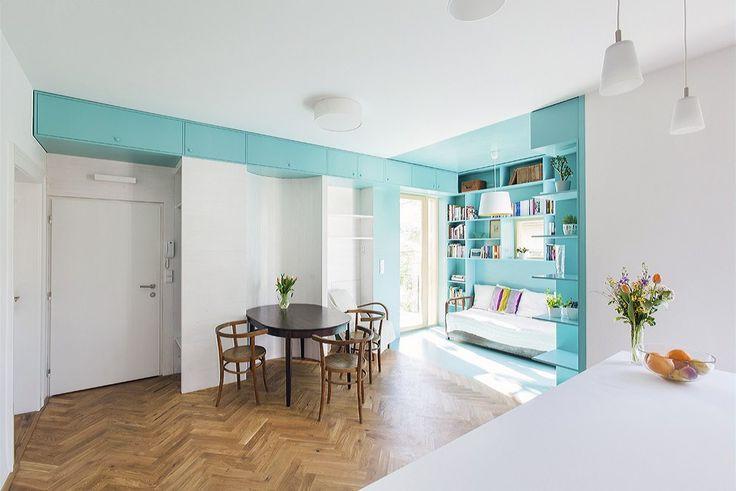 Vestavěný nábytek vyrobený na zakázku, použití barev a povrchů a celková sladěnost v kombinaci s původním historickým nábytkem řadí tento interiér k nejoriginálnějším a nejzdařilejším interiérům u nás.