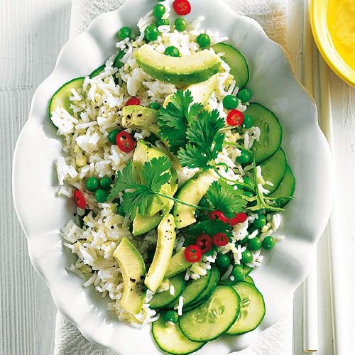 Reissalat mit Avocado und Gurke  Express-Reis ist ruckzuck fertig gekocht und auch mit Avocado, Gurke und tiefgekühlten Erbsen habt ihr nicht viel Stress. Jetzt nur noch das Dressing anrühren und alles vermischen.