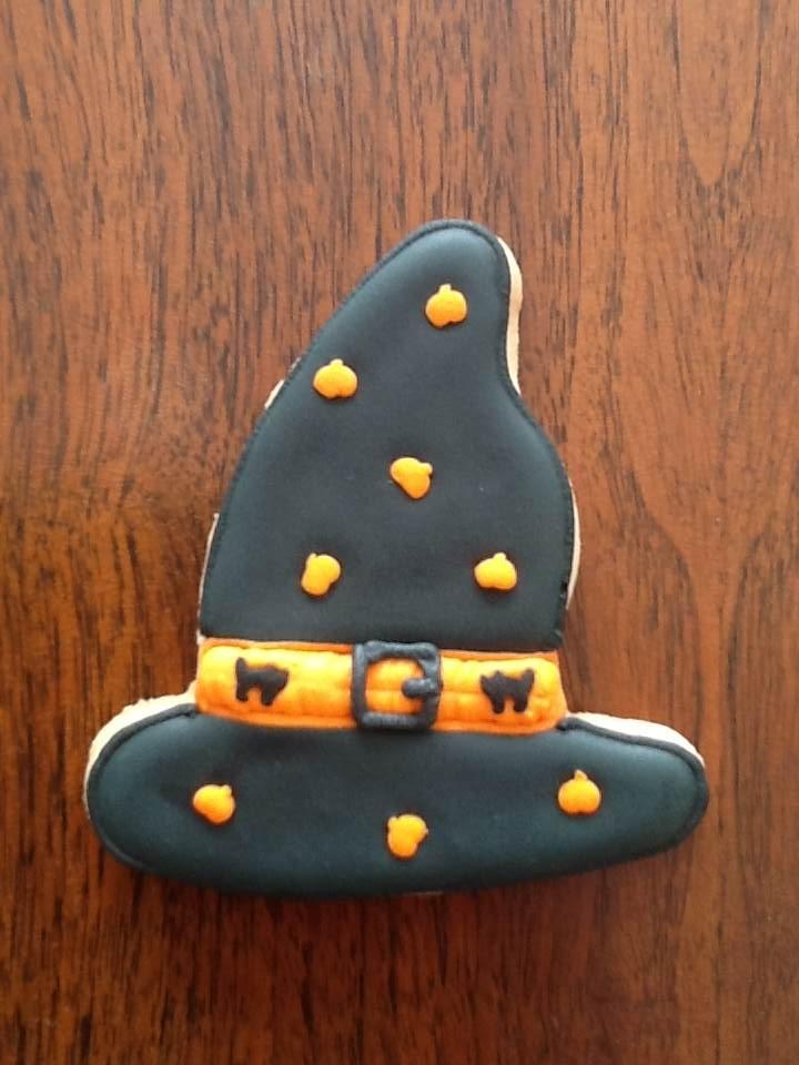 Gorro de bruja; galletas de mantequilla decoradas con royal icing