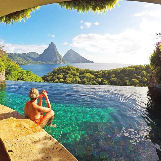 O 2º destino de 2017 foi SAINT LUCIA! Ilha onde fica um dos hotéis que mais sonhei conhecer na vida, o Jade Mountain (@jademountainstlucia). Dá pra acreditar que não há janela no quarto? Ele é totalmente aberto assim... de dia ou de noite, com chuva ou sol! E ah, essa piscina é privativa. Cada quarto tem a sua!!😱😱 . St. Lucia foi nosso destino logo depois de Barbados. Chegamos de LIAT ✈️! . No blog tem um post contando tuuuudo sobre a ilha. Acesse: 👉🏼LALAREBELO.COM/ST-LUCIA…