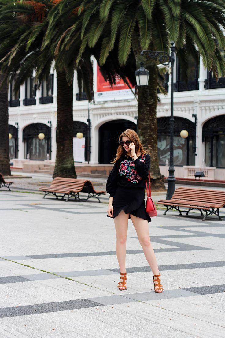 Minifalda negra de volantes y sudadera con bordados y mangas abombachadas- Martina Lubián