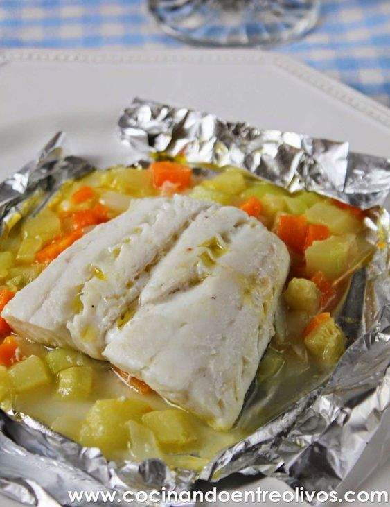 Hoy os traigo una receta muy saludable, merluza en papillote con verduras. Unos filetes de merluza, sin espinas ni piel, sobre una cama de verduras cocinados en papillote al horno. El papillote es una técnica de cocinado de origen francés que consiste en envolver los alimentos en papel de aluminio, formando un paquete cerrado, de