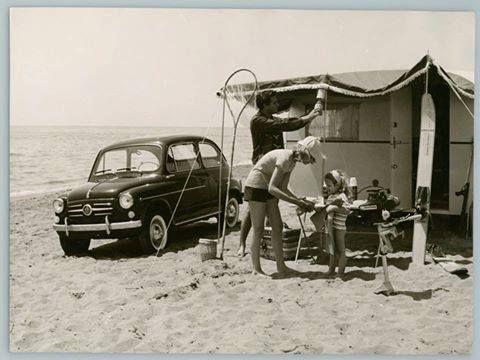 Moderna usanza: andare in campeggio   in fotografia campeggio improvvisato sulla spiaggia, ca. 1960 - foto Touring Club