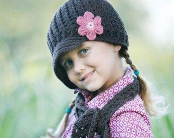 Questo cappello è uncinetto e ha un modello incorporato con un bordo ondulato bianco. Questo cappello è di colore rosa con un fiore bianco e rosa che sia fissato saldamente al cappello. Questo cappello è realizzato con filato di cotone 100% soft bambino. Questo cappello è fatto per ordinare.  Le dimensioni di questo cappello sono come segue: Neonato - 13 di circonferenza 1 - 3 mesi 14 3 - 6 mesi 15- 16 6 - 12 mesi 16- 18 12 - 24 mesi 18-19,5 cm 2T-4T 19,5-20,5 CM 5T-preteen 20,5-21,5 mm  Per…